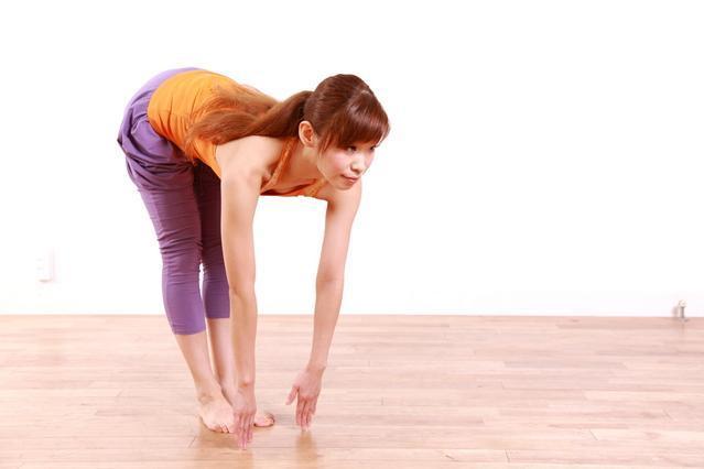 ヘルニア、脊柱管狭窄症、坐骨神経痛の可動域をチェックする女性