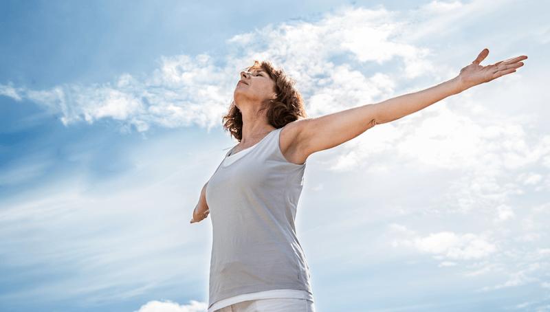 健康を取り戻し深い呼吸を味わう女性