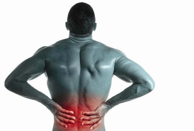 慢性腰痛で苦しむ男性