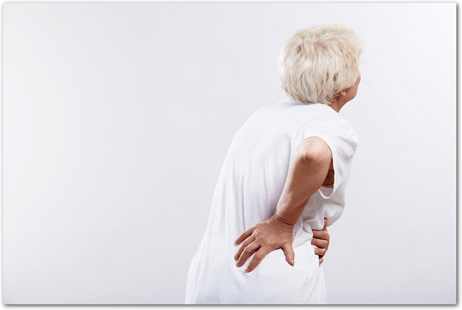 腰痛、坐骨神経痛で苦しむ高齢者