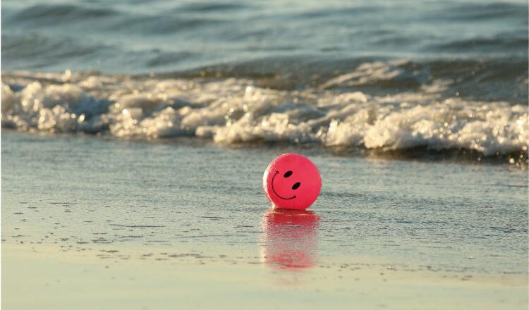 海にあるスマイルボール