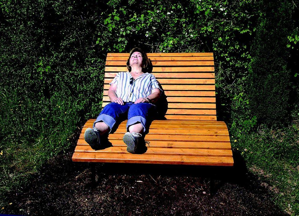 頭痛・偏頭痛が改善してリラックスする女性